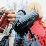 Мошенники лишили девушек мобильного телефона и золотой цепочки