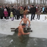 На всех водоемах города прошел обряд Крещенских купаний    шосткинцы массово святили воду и окунались в прорубь