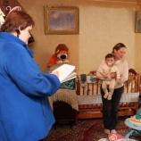 Специалист по социальной работе  приходит в дом, чтобы помочь семье  преодолеть жизненные невзгоды