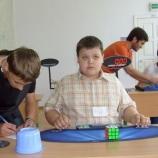 В столице шосткинец  собирал кубик Рубика одной рукой