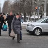 ГАИ составляет протоколы на пешеходов, переходящих дорогу в неустановленном месте